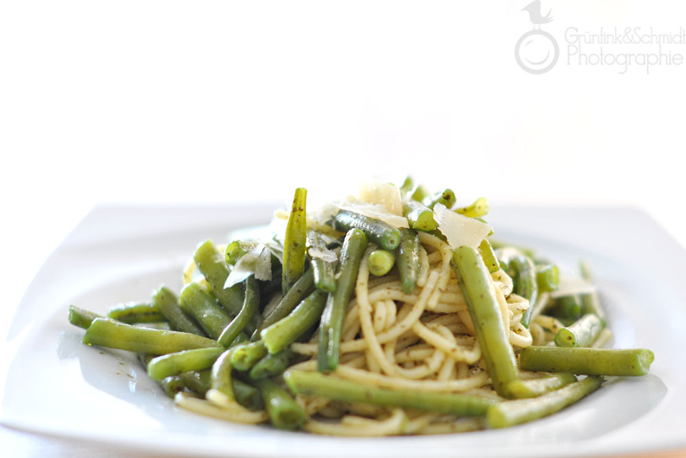 Spaghetti with Green Beans and Pesto (a.k.a. how to get rid of pesto)